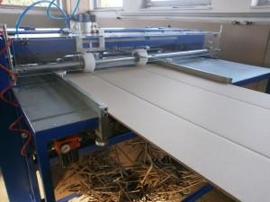 Boxmaker bei der Herstellung von Kartons