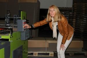 Foro von Cornelia Caruso in der Fertigungshalle an einer Maschine